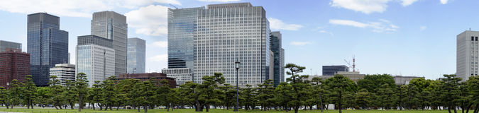 Drapacze chmur i japończyka ogród Zdjęcia Royalty Free