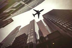 Drapacze chmur i samolot Bezpieczeństwo powietrzne Zdjęcie Royalty Free