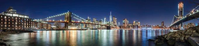 Drapacze chmur lower manhattan most brooklyński i Manhattan most w wieczór, Zdjęcia Royalty Free