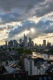 Drapacze chmur miasto Frankfurt magistrala w wieczór - Am - zdjęcie stock