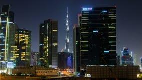 Drapacze chmur w biznes zatoki Dubaj W centrum nighttime upływają Niecka up zbiory wideo
