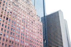 Drapacze chmur wzrasta do nieba na Manhattan obrazy stock