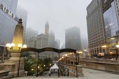 Drapacze chmur wzrastają w Chicagowskich mgły aound kroki Chicagowska rzeka Fotografia Stock