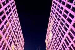 Drapacze chmur z piękną iluminacją w wieczór Zdjęcia Stock