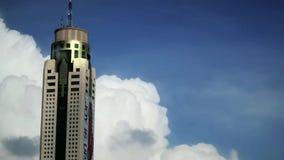 Drapaczy chmur timelaps, niebo i chmury odbicie w wysokim budynku, czasów podołki zdjęcie wideo