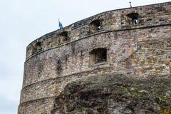 Drapeau écossais volant au-dessus des murs de château Photographie stock libre de droits