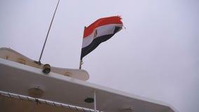 Drapeau égyptien flottant sur un bateau en mauvais temps Mouvement lent banque de vidéos