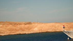 Drapeau égyptien sur l'arc du bateau banque de vidéos