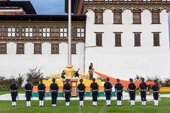 Drapeau abaissant la cérémonie au Bhutan Images libres de droits