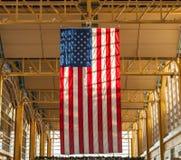Drapeau accrochant géant des USA à l'aéroport Images stock