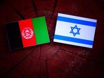 Drapeau afghani avec le drapeau israélien sur un tronçon d'arbre Photo libre de droits
