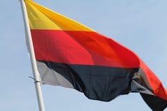 Drapeau allemand volant haut Photo stock