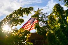 Drapeau américain éclairé à contre-jour par le soleil photo stock