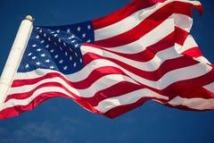 Drapeau américain au-dessus de ciel bleu Photos libres de droits