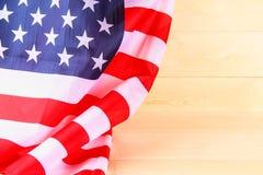 Drapeau américain au-dessus de fond en bois blanchi pendant des vacances des Etats-Unis Photo stock