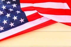 Drapeau américain au-dessus de fond en bois blanchi pendant des vacances des Etats-Unis Images libres de droits