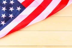 Drapeau américain au-dessus de fond en bois blanchi pendant des vacances des Etats-Unis Photos stock
