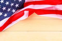 Drapeau américain au-dessus de fond en bois blanchi pendant des vacances des Etats-Unis Photographie stock