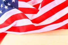 Drapeau américain au-dessus de fond en bois blanchi pendant des vacances des Etats-Unis Photos libres de droits