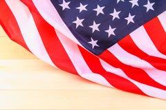 Drapeau américain au-dessus de fond en bois blanchi pendant des vacances des Etats-Unis Photographie stock libre de droits