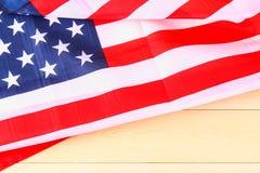 Drapeau américain au-dessus de fond en bois blanchi pendant des vacances des Etats-Unis Image libre de droits