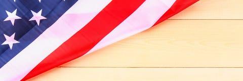 Drapeau américain au-dessus de fond en bois blanchi pendant des vacances des Etats-Unis drapeau Photos libres de droits