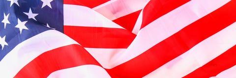 Drapeau américain au-dessus de fond en bois blanchi pendant des vacances des Etats-Unis drapeau Photos stock