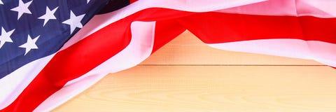 Drapeau américain au-dessus de fond en bois blanchi pendant des vacances des Etats-Unis drapeau Images stock