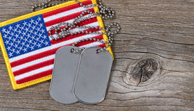 Drapeau américain avec des étiquettes de chien sur le bois rustique Photo libre de droits