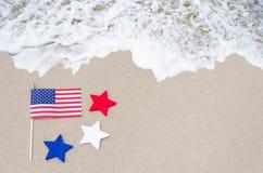 Drapeau américain avec des étoiles sur la plage sablonneuse Images stock