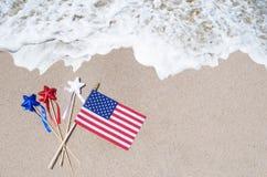 Drapeau américain avec des étoiles sur la plage sablonneuse Photos stock