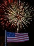 Drapeau américain avec des feux d'artifice derrière 53 Images stock