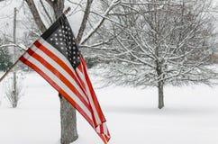 Drapeau américain avec le fond de neige d'hiver Photographie stock libre de droits