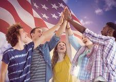 Drapeau américain avec mains élevées des jeunes les cinq ensemble illustration de vecteur