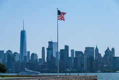 Drapeau américain avec Manhattan derrière Image libre de droits