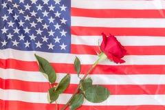 Drapeau américain avec une rose pour honorer ceux qui ont sacrifié leurs vies photos stock