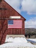 Grange du Vermont avec le drapeau américain photographie stock libre de droits