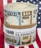 Drapeau américain d'une bande élastique de forme du petit pain 1040 de billet de banque Image stock