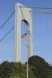 Drapeau américain dans l'avant du pont de Verrazano en Staten Island Photos libres de droits
