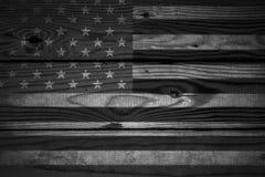 Drapeau américain de vintage peint sur un fond en bois rustique âgé et superficiel par les agents Photographie stock