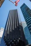 Drapeau américain devant la tour d'atout, Manhattan, nouveau Yorlk Image libre de droits