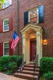 Drapeau américain devant les maisons américaines typiques photographie stock libre de droits