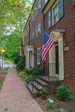 Drapeau américain devant les maisons américaines typiques photographie stock