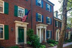 Drapeau américain devant les maisons américaines typiques Le Maryland, Etats-Unis photographie stock libre de droits