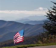 Drapeau américain en montagnes image libre de droits