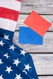 Drapeau américain et deux enveloppes colorées images libres de droits