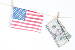 Drapeau américain et dollars accrochant sur une corde, un Memorial Day ou un 4t Photographie stock libre de droits