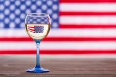 Drapeau américain et verre de vin blanc, fond de concept de partie Image libre de droits