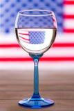 Drapeau américain et verre de vin, concept de partie Photo libre de droits