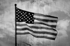 Drapeau américain ondulant sur le mât de drapeau Image stock